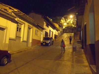 Die steilen Straßen von San Gil bei Nacht