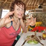 Katrin bekommt endlich ihren Fisch in Taganga Kolumbien