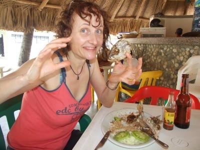 Katrin bekommt endlich ihren Fisch in Taganga