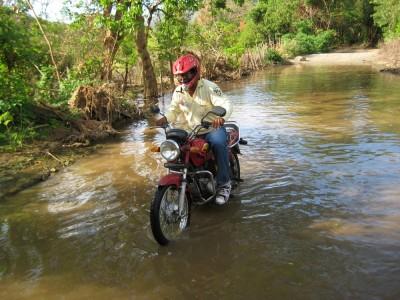 """Pedro mit Motorrad im """"Sumpfloch"""" auf dem Weg zur Playa Concha"""