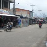 Viele (menschenleere) Geschäfte auf dem Weg zum Hafen in Tabatinga Brasilien am Amazonas