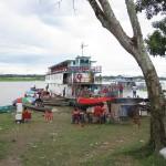 Szene in Santa Rosa Peru am Ufer des Amazonas