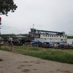 Schiff nach Iquitos am Ufer des Amazonas in Peru bei Santa Rosa