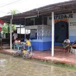 Schutz vor dem Regen in einem Restaurant am Ufer des Amazonas in Peru bei Santa Rosa