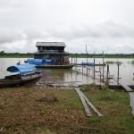 Blick aus dem Restaurant auf den Steg am Ufer des Amazonas in Peru bei Santa Rosa