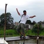 Jo und der Steg am Ufer des Amazonas in Peru bei Santa Rosa