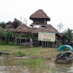 Restaurant am Ufer des Amazonas in Peru bei Santa Rosa