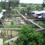 Bei den Pfahlbauten in Leticia am Amazonas von Kolumbien