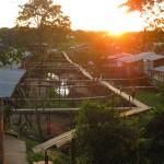 Abenddämmerung bei den Pfahlbauten in Leticia am Amazonas von Kolumbien