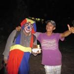Nächtliche Szene mit Clown am Amazonas in Santa Rosa Peru