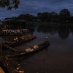 Morgendliche Szene vor Sonnenaufgang am Amazonas in Leticia Kolumbien