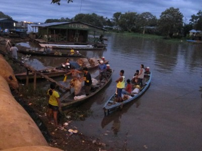 Morgendliche Szene kurz vor Sonnenaufgang am Amazonas in Leticia Kolumbien